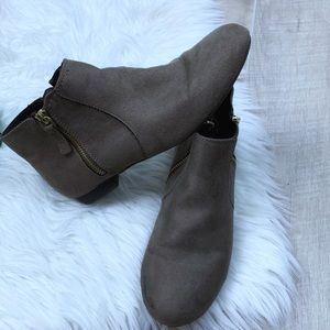 American Eagle | Grey suede Booties
